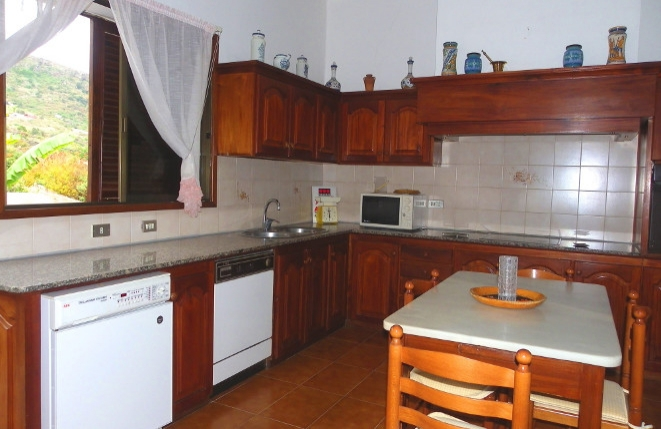 Large and fully equipped kitchen with plenty of work surface