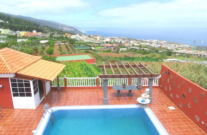 Beautiful finca house with modern house and pool in a great location overlooking the sea and Teide