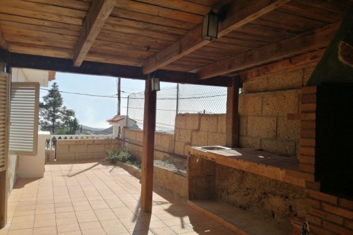 Covered terrace and exterior kitchen