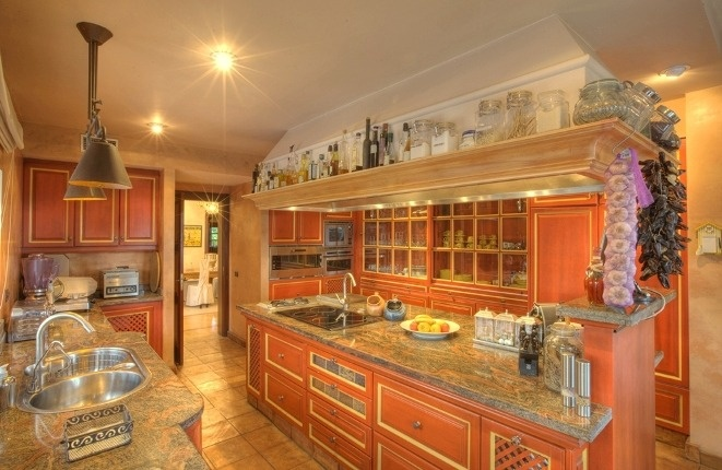 Fully equipped luxury kitchen with plenty of work surfaces and cupboard space