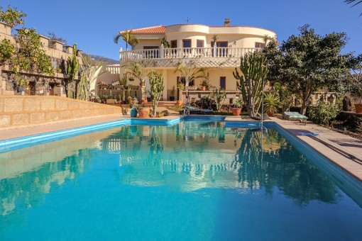 Detached villa with stunning views of mountains and sea