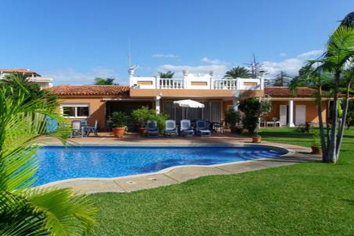 El botanico la paz beautiful villa located centrally on for Big garden pools