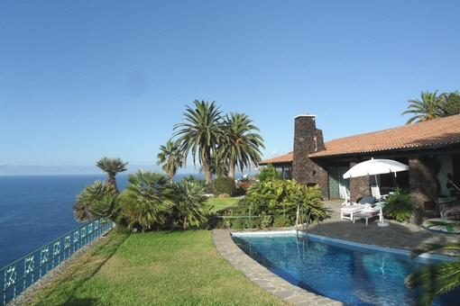 High quality villa with pool and garden in 1a...