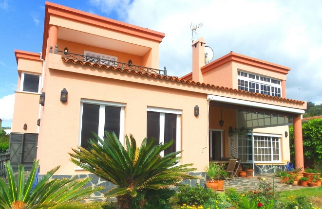 Villa with interesting interior design and many extras in a spectacular location with sea view