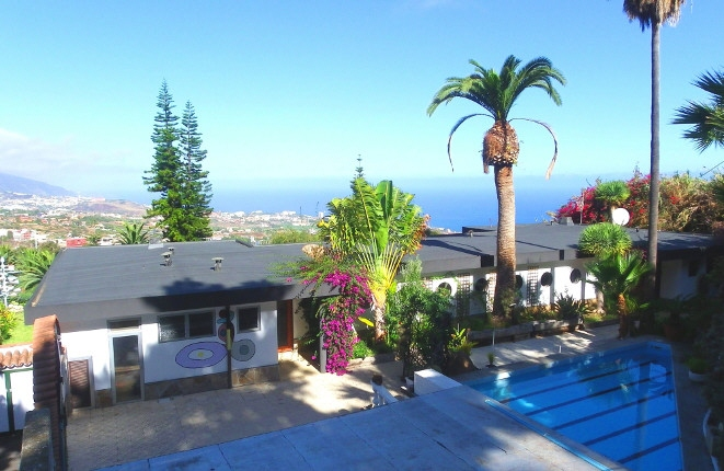 Two-family house with pool and large plot in prime sea views of La Orotava