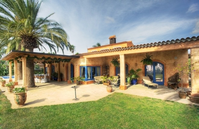 Luxurious villa with large pool, garden and...