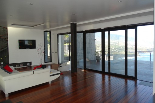 Large living room with parquet and access to the nice terrace