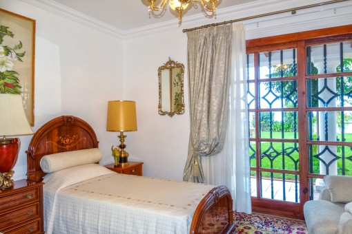 Bedroom with single beds and direct access to the garden