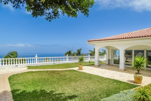 High quality villa with 5 bedrooms, Teide- and sea view in a quiet location in close proximity to everything.