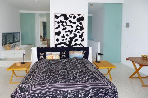 The bedroom offers bathroom en suite