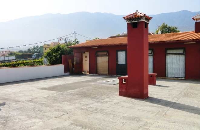 Roof terrace with guest house