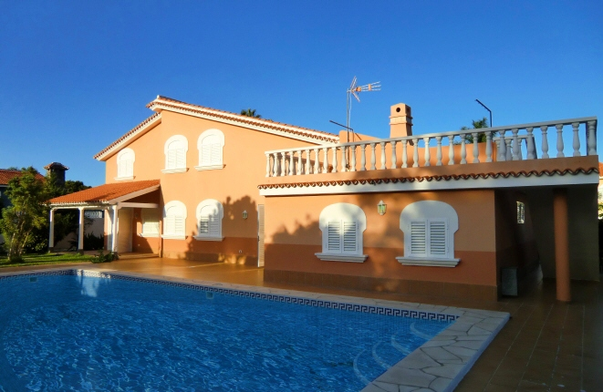 Ideal and as new home in a perfect location with fantastic pool