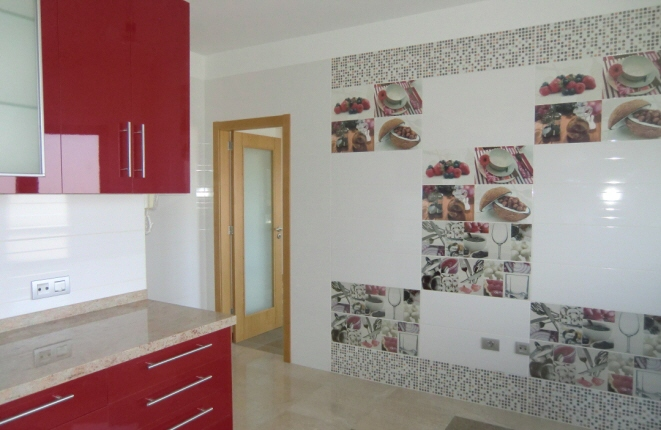 Kitchen with dining area and a decorative eye-catcher