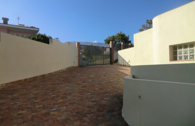 Driveway with automatic gate