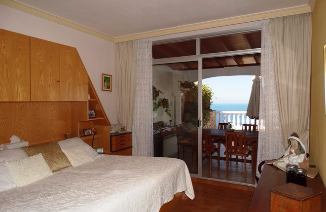 Bedroom with breakfast terrace and the sea