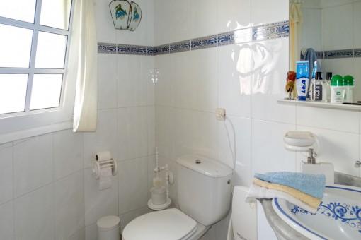Natural-light bathroom